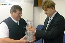 Josef Fuksa (vlevo) přebírá pohár od krajského radního pro dopravu Martina Seppa.