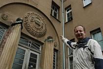 VCHOD ZDOBÍ EMBLÉM ŠLECHTŮ. Ředitel lomnického muzea Jan Drahoňovský ukazuje zajímavosti Úřednického domu. Jedním z nich  je i emblém nad hlavním vchodem do budovy, kde jsou iniciály zakladatele firmy Šlechtů Petra Augusta Šlechty.