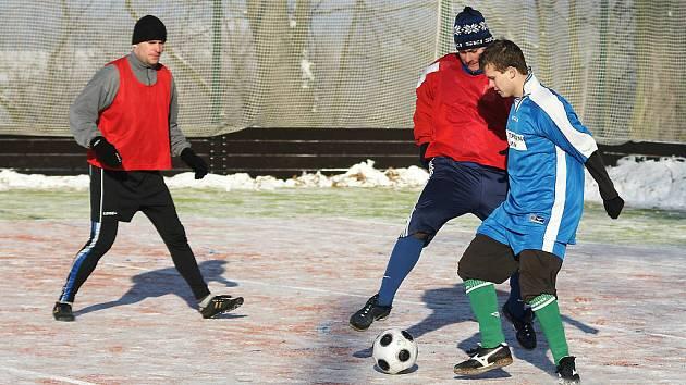 Fotbal v zimě. Ilustrační foto.