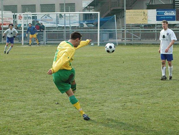 Týnišťský Gavala otevírá ve 22. minutě skóre z trestného kopu.
