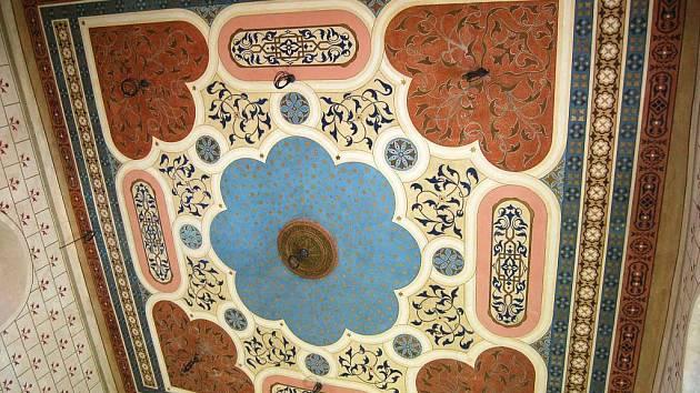 Nádherně vymalovaný strop synagogy.