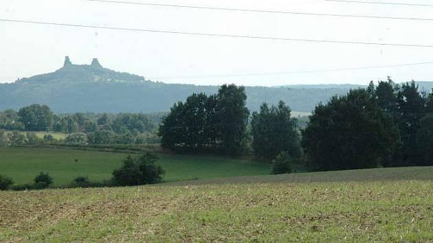 NAD ROUDNÝM.  Pohled na panoramata Českého ráje každé léto zhořkne, když zemědělci hnojí pole.