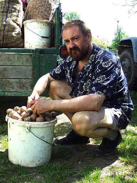 Milan Čurda na prospěšné práce obci nenastoupil, ve svém lese a na poli ale ano.