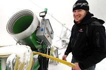 Provozovatelé lyžařských areálu se připravují na lyžaře.