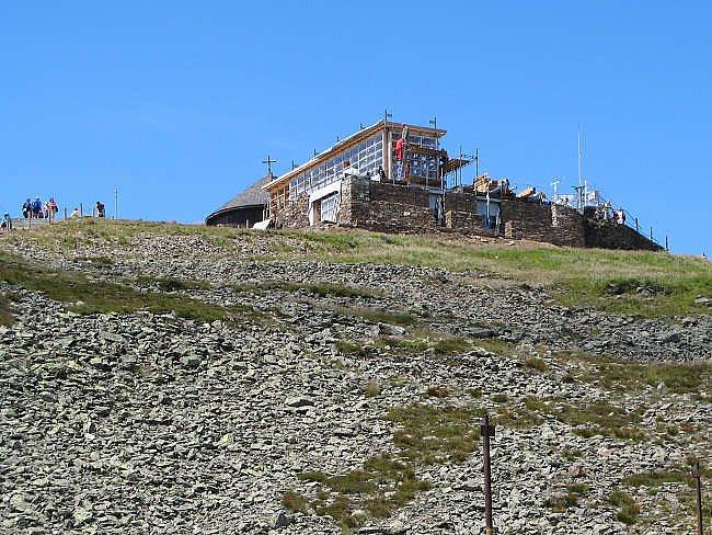 Skleněná poštovna na Sněžce se veřejnosti poprvé otevře 10. srpna při svatovavřinecké pouti. Objekt tvoří dvacet tisíc dřevěných, ocelových a skleněných dílů.