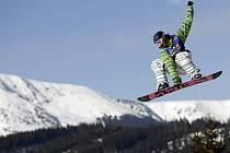 Snowboardista nad Krkonošemi.