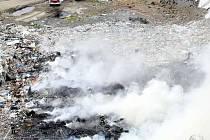 Hašení požáru skládky v Košťálově.