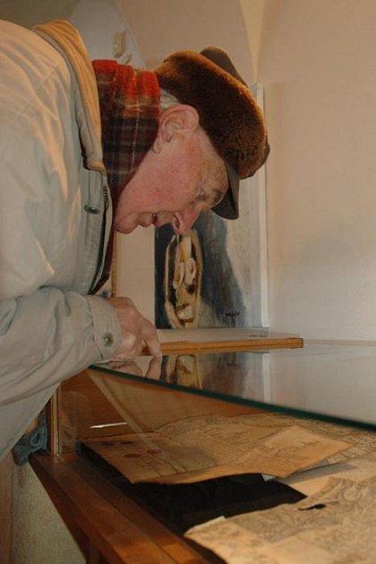 V MUZEU ZŮSTANOU JEN DO NEDĚLE. 14 historických písemností si lidé mohou prohlédnout v lomnickém muzeum. Unikátní písemnosti zaujaly i Miloslava Tauchmana z Lomnice.