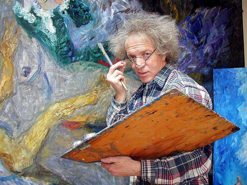 Malíř Michal Ščigol ve svém atelieru v Železnici u Jičína.