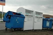 Bílé kontejnery na sběr oděvů a textilu.