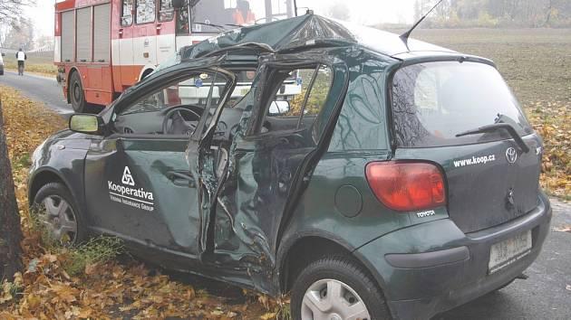 Rychlá jízda po spadaném listí se řidiči nevyplatila, jeho auto je na odpis.
