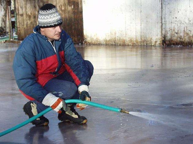 LEDOVÁ PLOCHA. Na vytváření ledové plochy v minulých letech se podílel i pracovník Sportovního centra v Jilemnici Roman Šimek. Letos ale stejně jako loni kluziště nebude.