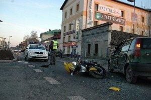 Turnov - Zraněním motorkáře a řidiče osobního automobilu skončila dopraní nehoda, ke které došlo v neděli 3. února 2007 na frekventované silnici u Nádraží. Rychlá záchranná služba motorkáře odvezla do nemocnice. Řidič Fiatu utrpěl lehká povrchová zranění.
