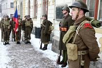 Členové klubu vojenské historie Roty Nazdar při vzpomínce na odbojáře ze skupiny Antimony u pamětní desky na rovenském náměstí.
