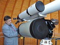 Z hvězdárny v Teplicích. U dalekohledu je pracovník teplické hvězdárny Radim Neuvirt.