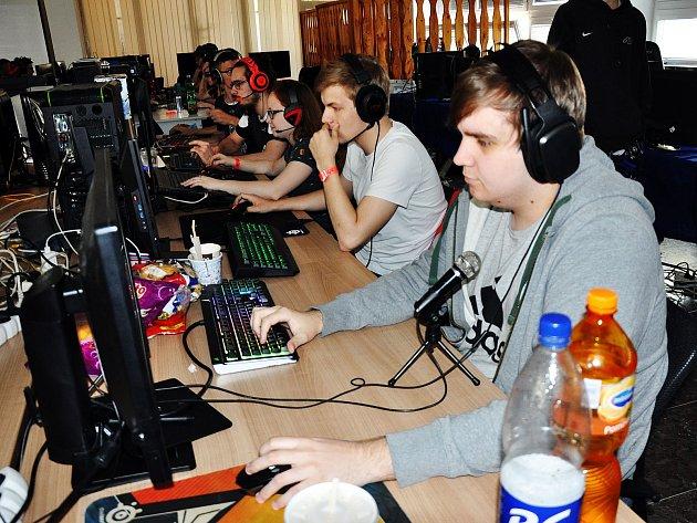 Stolní a počítačové hry přilákaly o víkendu na Střední školu stavební a strojní v ulici Fráni Šrámka v Teplicích asi stovku hráčů a diváků.