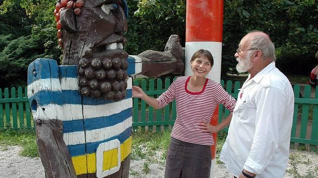 Sochař a pedagog Pavel Mizera s Jitkou Bažantovou, kurátorkou jeho výstavy.