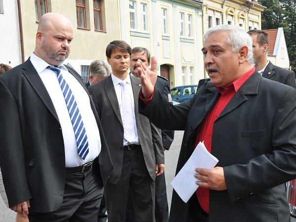 Ministr vnitra Martin Pecina včera navštívil Duchcov. Zajímal se obezpečnostní situaci ve městě. Hovořil ise starostkou Bártovou. Prošel si část Jižního města. Před budouvou MP ho zastavil romský aktivista, který si stěžoval na dění ve městě.
