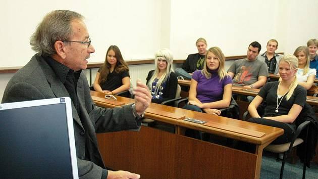 Studenti septim a oktáv Gymnázia J. A. Komenského v Dubí navštívili teplickou radnici