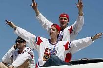 Čeští hokejisté Roman Červenka (uprostřed) a Petr Vampola (vpravo) zdraví 24. května v Praze fanoušky po příletu z dějiště mistrovství světa v ledním hokeji v Německu, kde vybojovali zlaté medaile.