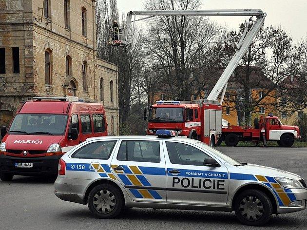 Zásah hasičů, policie a psovoda v sutinách nádraží v Duchcově.