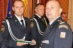 Předávání služebních medailí hasičům HZS Ústeckého kraje. Na snímku Jiří Jurčík (vlevo) ze stanice Teplice a ředitel Roman Vyskočil (vpravo).