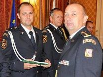 Předávání služebních medailí hasičům HZS Ústeckého kraje. Na snímku hasiči z Teplic
