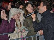 Mezi prvními v teplickém okrese se letos rozsvítil vánoční strom v Bílině. Slavnostní předvánoční chvíli doprovodil v sobotu na bílinském centrálním náměstí hudební program. Hlavní hvězdou byl Milan Peroutka, který přijel zazpívat se svojí kapelou Perutě.