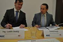 Ředitel AGC Automotive Czech Luděk Steklý (vlevo) a ředitel Ústecké komunitní nadace Tomáš Krejčí podepsali status Dárcovského fondu AGC Automotive Czech na podporu technického vzdělávání.