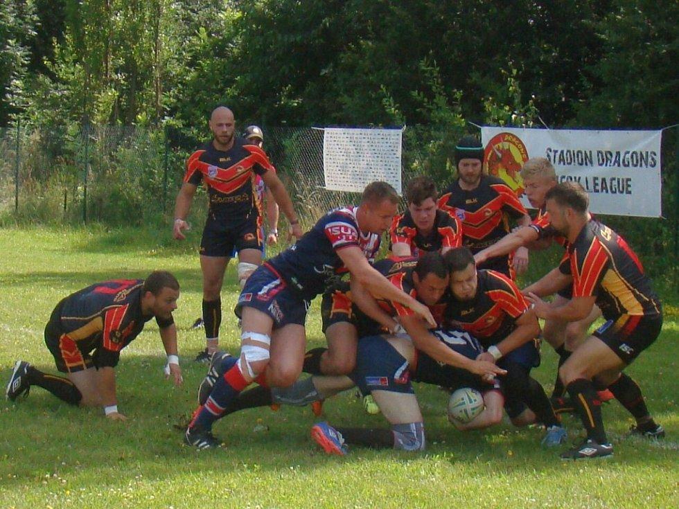 RLC Dragons Krupka (v černo-červených dresech) je suverénem Divize 1 Rugby League.