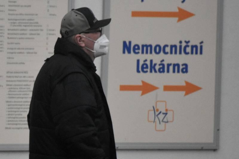 Lidé v Teplicích byli připravení. Respirátory nosí.
