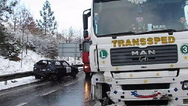 Nehoda kamionu s dvěma osobními auty se stala ráno ve směru na Bílinu