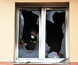 Při požáru bytu ve Štúrově ulici zemřel čtyřletý chlapec. Policisté spolu s hasiči ohledávali místo požářiště.