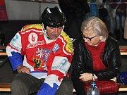 Jaroslav Kubera s manželkou před hokejovým zápasem