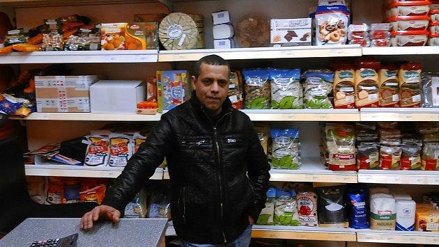 Ali Said Sultan ve svém obchodě sarabskými potravinami vTeplicích.