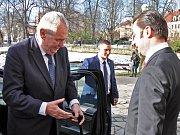 Prezident Miloš Zeman vystupuje v Teplicích u Císařských lázní, kde ho přivítal ředitel Lázní Teplice v Čechách Štěpán Popovič.