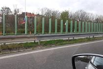 Světelné clony instalované na svodidlech silnici Teplice - Bílina.