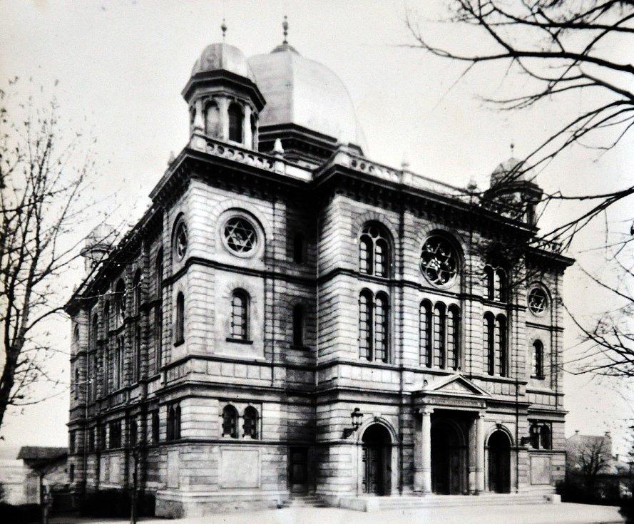 Historické foto synagogy.