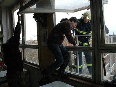 Budova SOU Stavební v Teplicích musela být evakuována kvůli požáru. Šlo však jen o hasičské cvičení.