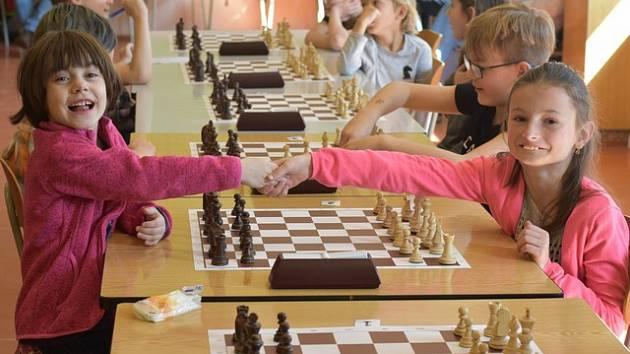 TEPLIČANKY PROTI SOBĚ. Lucie Očenášová (černé figurky) za šachovnicí proti oddílové kolegyni Lindě Slívové.