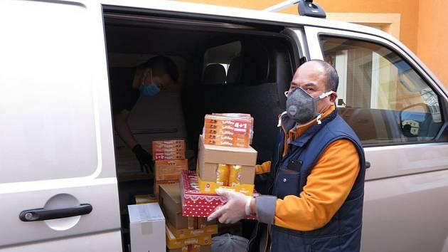 Vietnamská komunita na Teplicku pomáhá.