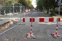 Čapkova ulice v Teplicích je neprůjezdná, mění tu vodovod a kanalizaci.