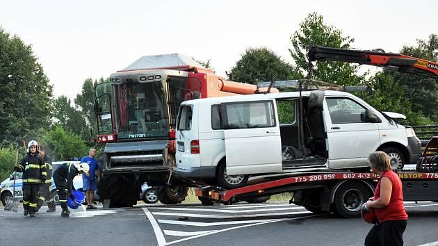 Likvidace následků nehody, při které se srazil kombajn s dodávkou.