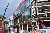 Fontánu už zakrývá z části prosklená fasáda. Nové obchodní centrum otevřou v listopadu.