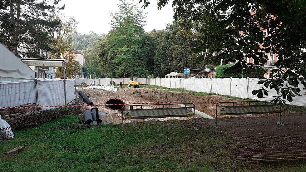 Oprava koryta Bystřice v Teplicích, U Kamenných lázní. Září 2021