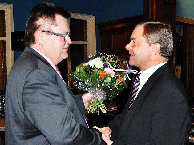 Na snímku gratuluje ke zvolení Petru Pípalovi starosta německého partnerského města Bannewitz Christoph Fröse. Ten byl hostem na ustavujícím zastupitelstvu.