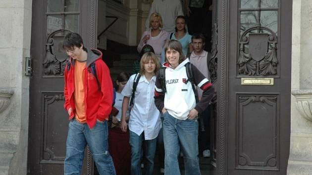 Studenti vycházející z teplického gymnázia.