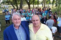 Turistický sraz zahájili náměstek hejtmana Matouš a starosta Duchcova Šimbera (vpravo).
