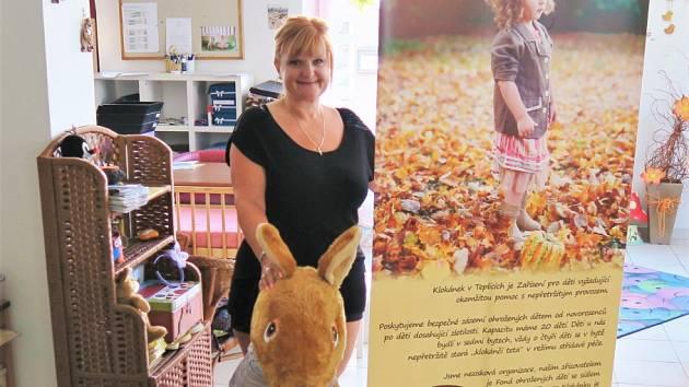 Ředitelka teplického Klokánku Daniela Brníková zapózovala u darovaných tiskáren s maskotem, který dal zařízení Fondu ohrožených dětí jméno.