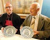 Biskupský znak v cibulákovém provedení. Cibulákové talíře jsou určeny k říjnovým sedmdesátinám Jana Baxanta. Oslavenec jimi mimo jiné obdaruje gratulanty a hosty, kteří si s ním jeho životní jubileum připomenou.